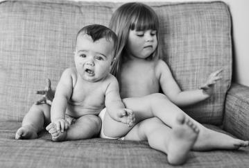 Det er lidt klamt når lillebror savler på ens hånd...